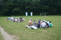 Mittagessen auf Abstand in den Zeltgruppen